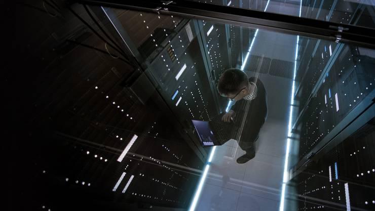 Blick in einen Serverraum durch einen Glasboden Der Nachrichtendienst überwacht Datenströme.