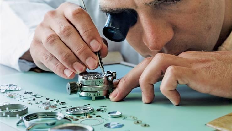 Uhrmacher bei der Breitling. Der Hauptsitz der Uhrenmarke ist in Grenchen, die mechanischen Uhrwerke werden aber in La Chaux-de-Fonds gefertigt.