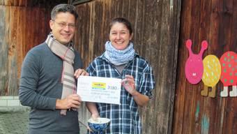 Christoph Gassner, Verantwortlicher des Charity Laufs beim Powerman Zofingen, übergibt Seraina Combertaldi, Betriebsleiterin des Spittelhofs Zofingen, den Check mit dem Erlös aus dem diesjährigen Charity Lauf.