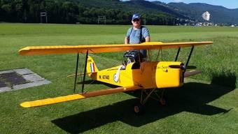 Peter von Rohr, Präsident des Modellflugvereins Gäu, mit seiner «Miss Sophie», die er an der Feier zeigen will.