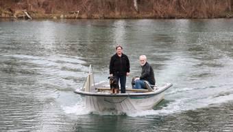 Keine dauerhafte Lösung: Verena und Simon Antener mit dem Motorboot unterwegs.
