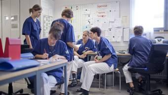 Pflegemitarbeiterinnen des Krankenhauses in Flawil im Kanton St. Gallen halten eine Sitzung ab.