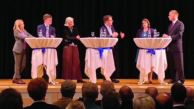 V.l.n.r.: Yvonne Fery (SP), Severin Lüscher (Grüne), Doris Aebi (GLP), Maurice Velati (Moderator SRF), Jeanine Glarner (FDP), Jean-Pierre Gallati (SVP)