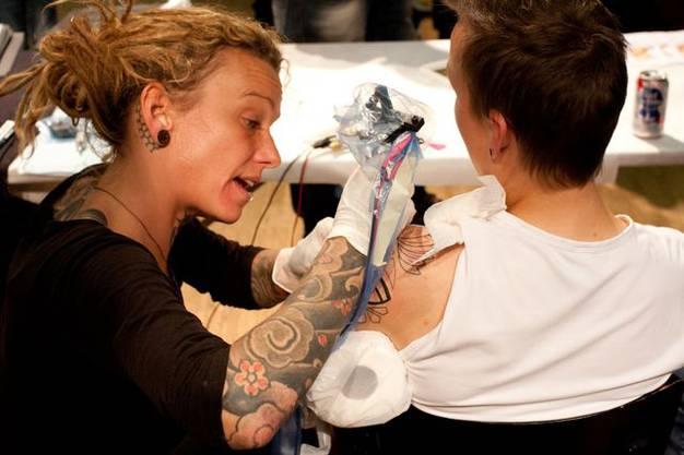 Tätowieren ist keine Männersache An der Tattoo-Convention stachen auch mehrere Frauen