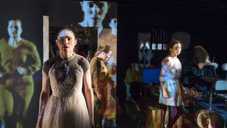 """Eine Szene aus """"Frau im Wald"""" von Julia Haenni. Das Stück hatte am 14. März 2018 im Theater Tuchlaube in Aarau Uraufführung."""