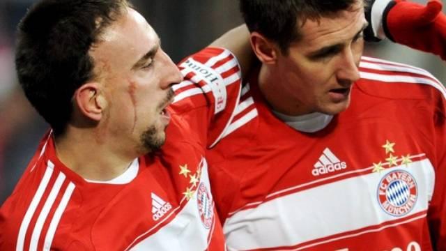 Ribery (links) feiert Bayern-Matchwinner Klose