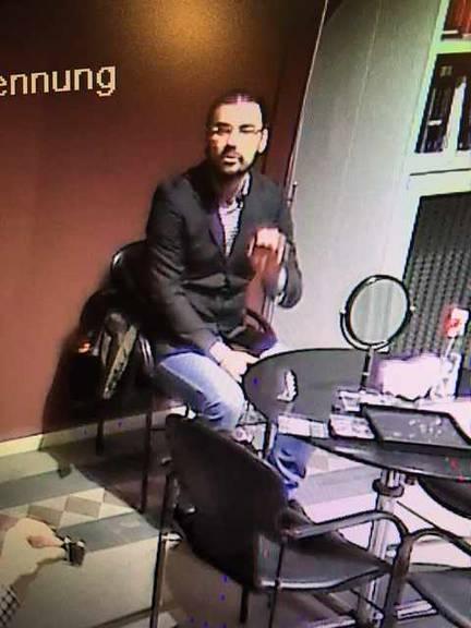 Die beiden Täter die auf der Überwachungskamera zu sehen sind, werden als ca. 190 Zentimeter gross.