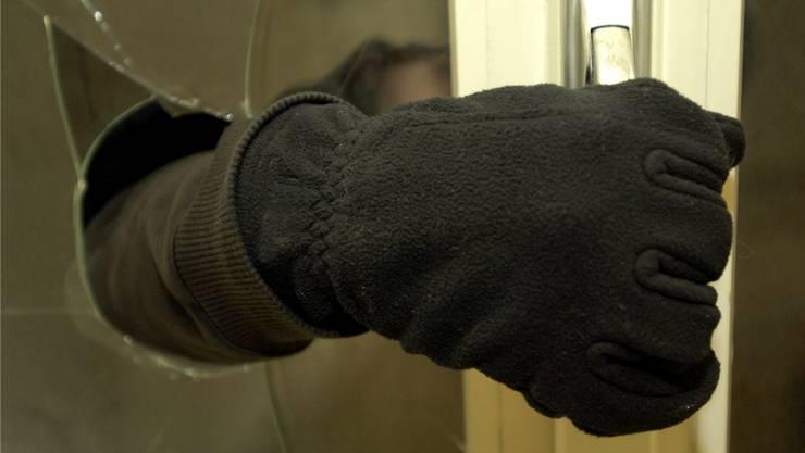 Die Einbrecher wurden beim Verlassen der Lokalität in flagranti erwischt. (Symbolbild)