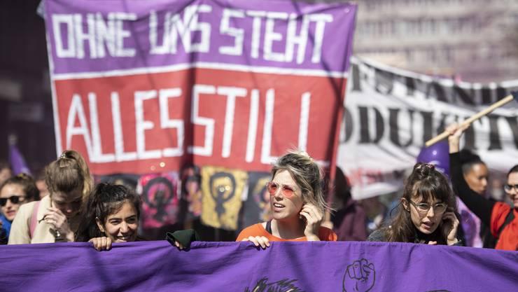 Der traditionelle 1. Mai-Umzug stand dieses Jahr im Zeichen des Frauenstreiks.