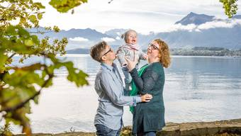 Das Paar Tamara und Nicole Freiburghaus mit ihrer Tochter Sophie (1) im Schadaupark am Thunersee. Nicole (rote Haare) ist die leibliche Mutter, Sophie wurde mittels Samenspende gezeugt. Dank der Stiefkindadoption, die am 1. Januar 2018 in Kraft tritt, kann auch Tamara sich als Elternteil eintragen lassen.