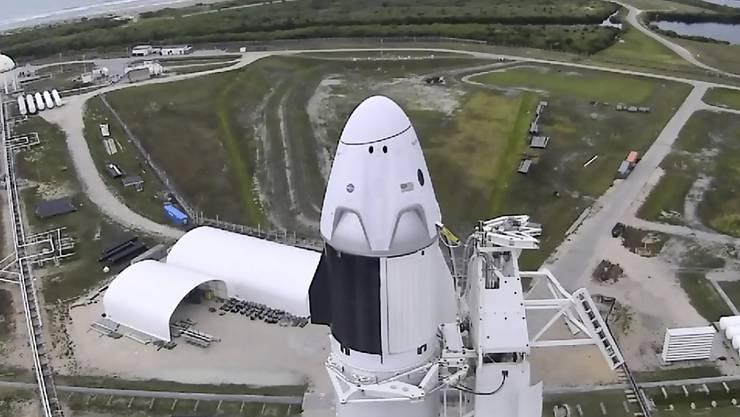 """Start wegen schlechten Wetters abgesagt: Die """"Falcon 9""""-Rakete mit der """"Crew Dragon""""-Raumkapsel am Mittwoch in Cape Canaveral."""