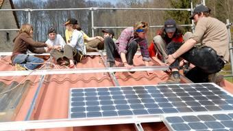 Baselland erachtet die Photovoltaik-Subvention als Sache des Bundes. Im Bild: Nationalrätin Maya Graf montiert Solarpanels im Jahr 2007.
