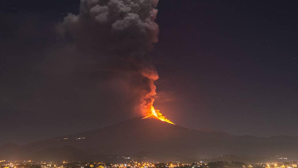 Ätna auf Sizilien spuckt Lava Hunderte Meter in den Himmel