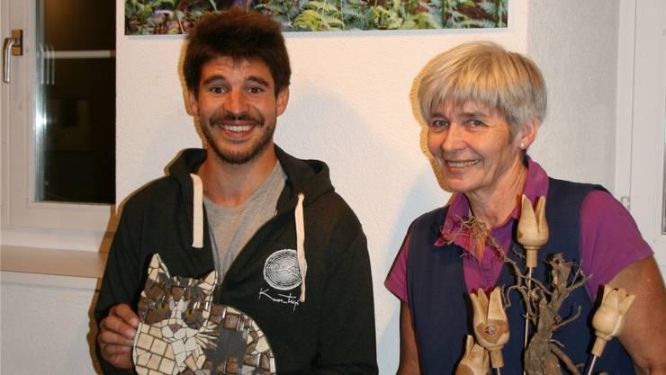 Silvan Schneider vor seinem Rehbild mit Mosaik-Kater Pfupf neben Cornelia mit ihrem Tulpenbaum.