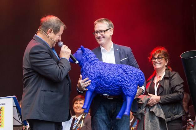 Stadtpräsident Roger Bachmann erhält ein blaues Schaf als Gastgeschenk aus Köln.