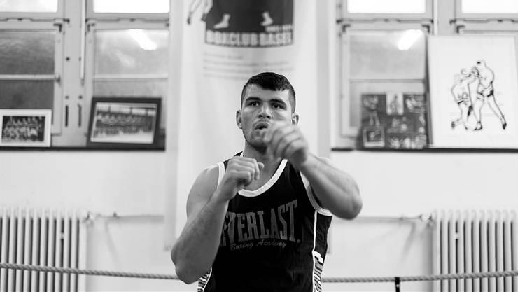 Arnold «The Cobra» Gjergjaj beim Training im Boxkeller des Boxclubs Basel in Basel.
