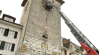 Montiert in luftiger Höhe die Zeiger des westlichen Zifferblatts: Stadtuhrmacher Martin von Büren.