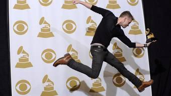 """Ryan Tedder, hier mit seinem Grammy für Adeles Album """"21"""", verdient schon in jungen Jahren ein Heidengeld (Archiv)"""