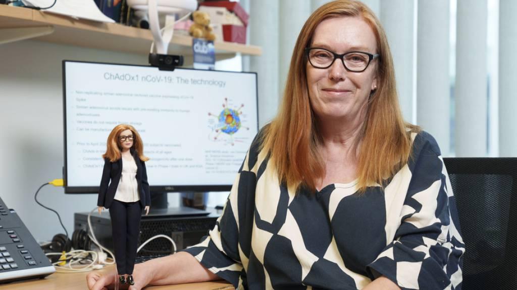 Professor Sarah Gilbert, Mitentwicklerin des AstraZeneca-Impfstoffs, mit «ihrer» Barbie (Andy Paradise/Mattel via AP).