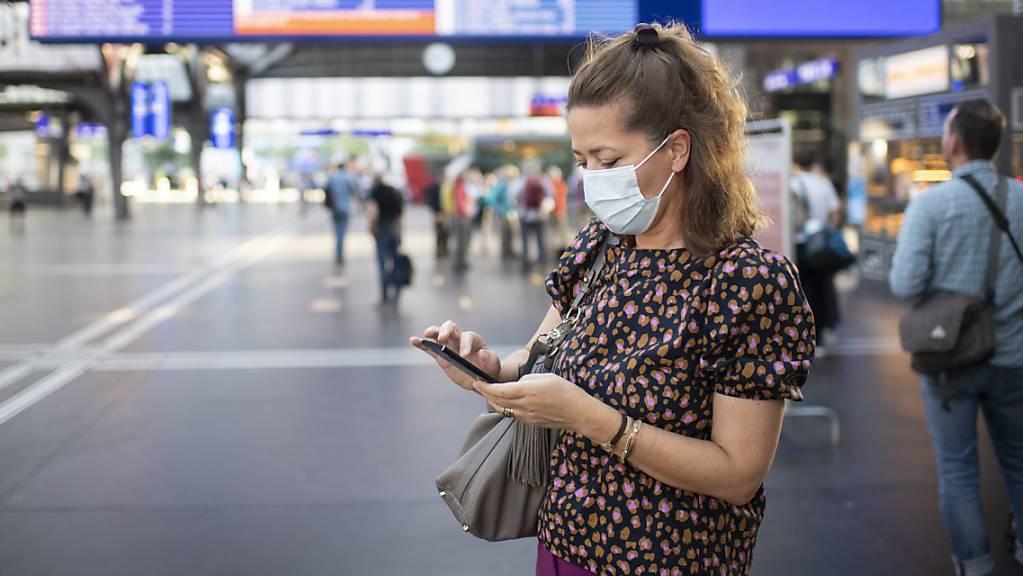 Seit dem 6. Juli 2020 gilt in den öffentlichen Verkehrsmitteln der Schweiz eine Schutzmaskentragpflicht. (Symbolbild)
