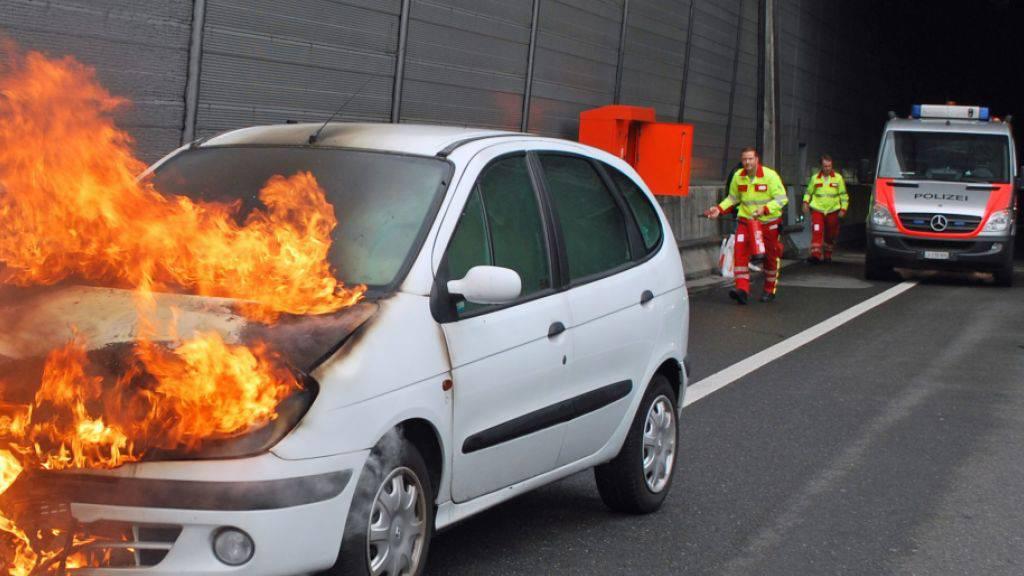 Kurz nach der Ausfahrt aus dem Sonnenbergtunnel auf der A2 bei Luzern war die Reise für den Lenker dieses Fahrzeugs zu Ende. (Bild Luzerner Polizei)