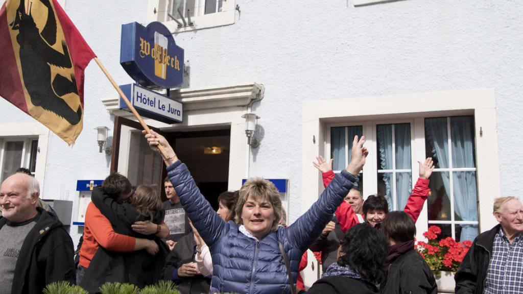 Pro-Berner in Sorvilier feiern ihren Abstimmungssieg.