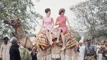 US-First Lady Jacqueline Kennedy (Rechts) mit ihrer Schwester Lee Radziwill bei einem Besuch 1962 in Pakistan. (Archivbild)