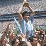 Maradona am Höhepunkt: Nach dem Finalsieg gegen Deutschland stemmt er 1986 in Mexiko den WM-Pokal. Maradona als Cheftrainer der Gimnasia y Esgrima La Plata. Derzeit überlässt er die Trainings aus Angst vor Covid-19 seinem Assistenten. Maradona im Napoli-Dress während der Saison 1986/87.