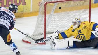 Muss sich beim 1:0 durch den Zuger Jarkko Immonen geschlagen geben: HCD-Goalie Joren van Pottelberghe