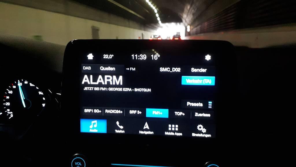 Im Stephanshorntunnel rauscht das Autoradio. Dazu erscheint eine Fehlermeldung.