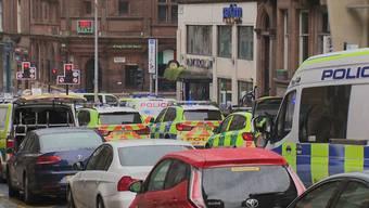 Bei einer Messerattacke in einem Hotel im schottischen Glasgow hat ein Asylsuchender sechs Menschen verletzt. Die Polizei erschoss den Täter.