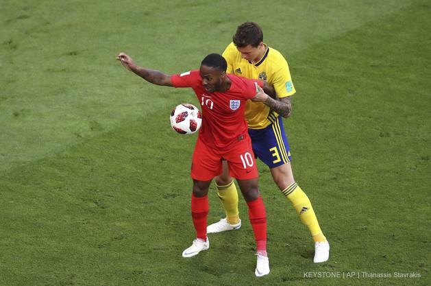 Englands Raheem Sterling (l.) und Schwedens Victor Lindelöf im Zweikampf.