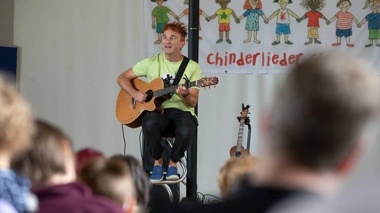 Christian Schenker sorgt für Unterhaltung bei Kindern und Erwachsenen.