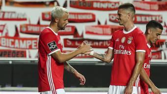 Julien Weigl (rechts) gratuliert Haris Seferovic zum Treffer.