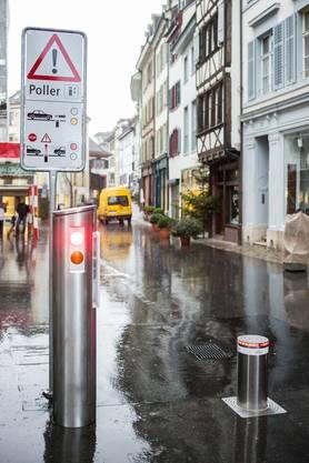 Warnschilder machen auf das Verkehrshindernis aufmerksam.