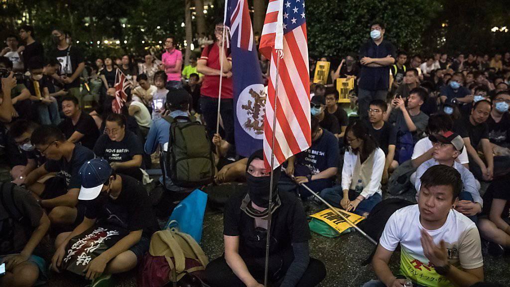 Tausende Menschen sind am Freitag auf die Strasse gegangen, um für Freiheit zu demonstrieren.