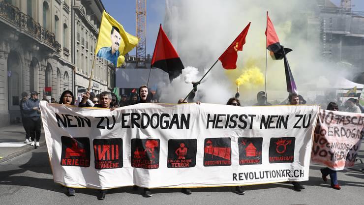 Auf dem Berner Bundesplatz demonstrierten im März 2017 mehrere Tausend Personen gegen den türkischen Präsidenten Recep Tayyip Erdogan.