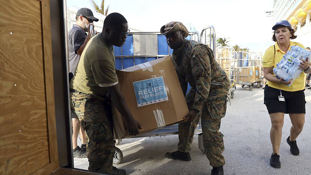 """Nach der Ankunft von Hurrikan """"Dorian"""" auf den Bahamas brauchen die Überlebenden Hilfe. Die Uno haben Tausende Mahlzeiten angeliefert."""
