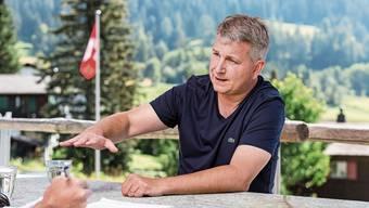 «Die SVP ist die SVP und nicht die Lega»: Marco Chiesa in seiner Ferienwohnung in Lantsch/Lenz (GR).