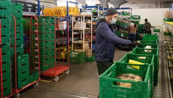 Onlinehändler sind in der Pandemie gefragt. Im Bild: Ein Farmy-Mitarbeiter stellt bestellte Einkäufe zusammen.