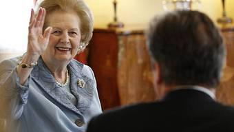 Ein Winken für die Kameras: Margaret Thatcher besucht überraschend David Cameron (im Vordergrund)