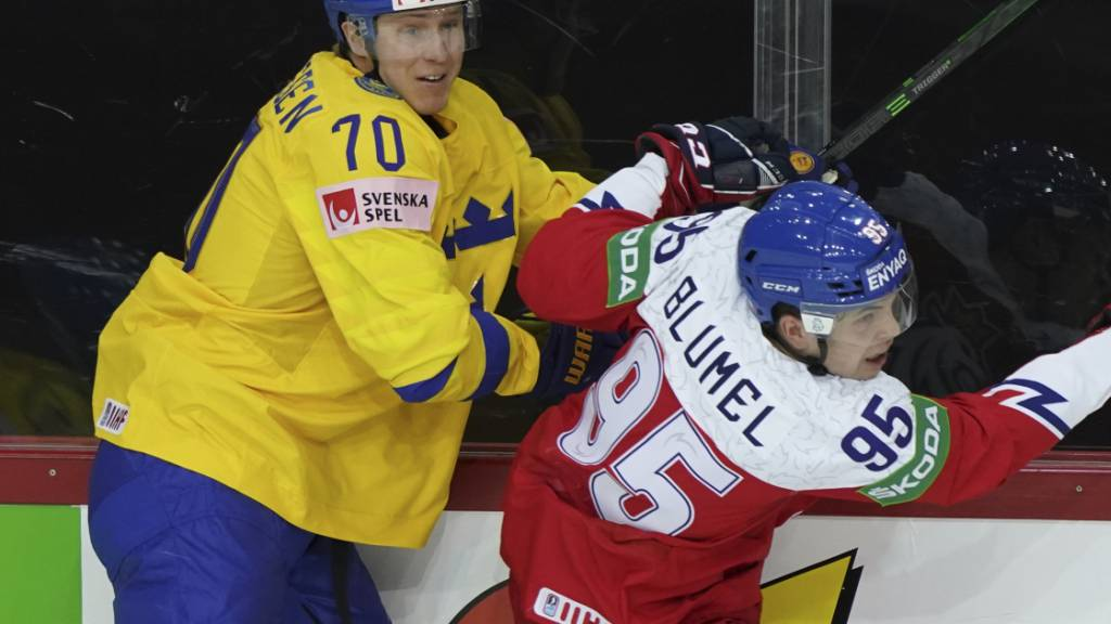 Dennis Rasmussen im Zweikampf mit dem Tschechen Matej Blumel an der WM in Riga