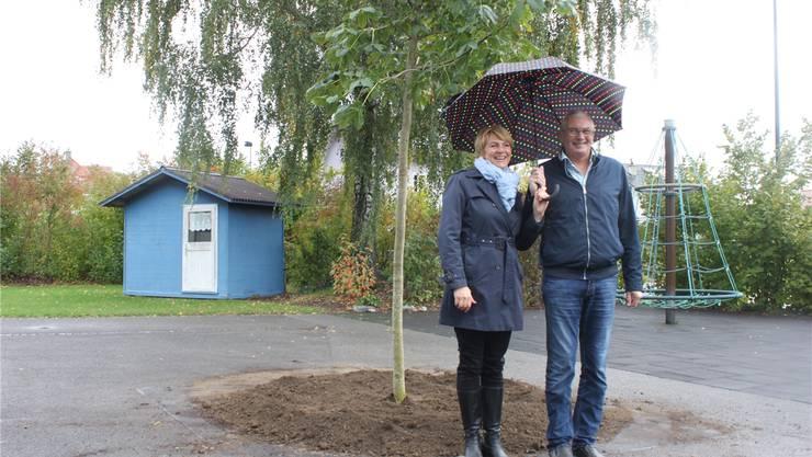 Madeleine Deckert, Präsidentin von Seeland-Biel-Bienne, und Max Wolf nach der Baumpflanzung vor dem Kindergarten.