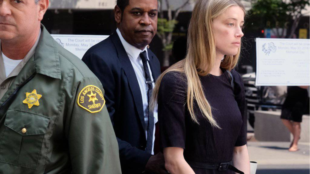 Amber Heard am Freitag beim Verlassen des Gerichts, nachdem sie die eidesstattliche Aussage machte, ihr Mann Johnny Depp habe ein Smartphone nach ihr geworfen und sie am Auge und an der Wange verletzt. Depps frühere Gefährtin Vanessa Paradis und beider Tochter Lily-Rose halten Depp für unschuldig.