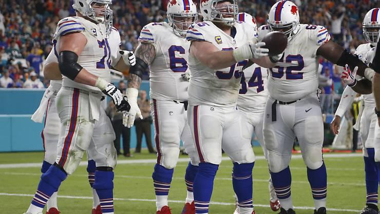 Die Buffalo Bills feiern einen Touchdown gegen die Miami Dolphins und den erstmaligen Playoff-Einzug seit 1999