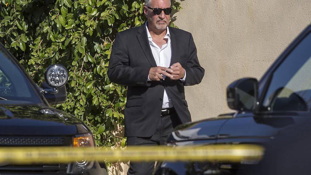 Chris Browns Anwalt Mark Geragos verlässt das Anwesen des Sängers nach dem Vorfall.