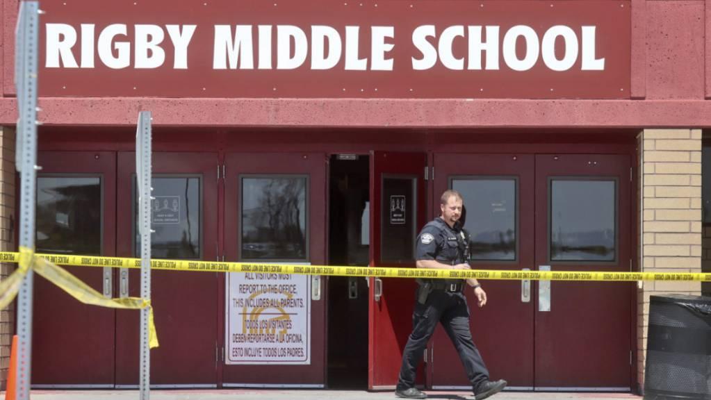 Ein Polizist geht nach einer Schießerei aus der Rigby Middle School. Eine Sechstklässlerin hat nach Polizeiangaben in einer Schule im US-Bundesstaat Idaho um sich geschossen und dabei zwei Mitschüler sowie einen Erwachsenen getroffen. Foto: Natalie Behring/AP/dpa
