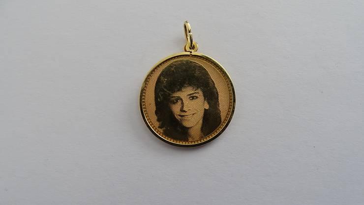 Zu den von der Berner Justiz beschlagnahmten Gegenständen gehört auch dieses Medaillon mit dem Bild einer Frau.