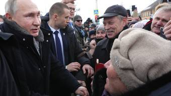 Volksnaher Putin? So gibt sich Russlands Präsident zwar gerne. Doch viele glauben, er mache den Leuten was vor. (Bild: Keystone)