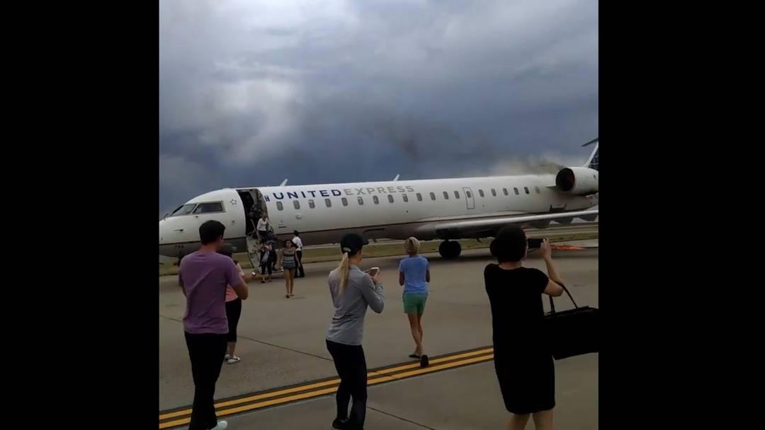 Glückliche Evakuation nach Landung – Passagiere zücken sogleich das Handy